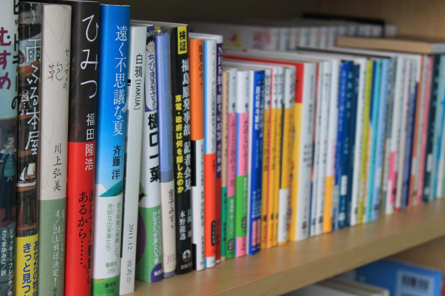 Regal mit japanischen Büchern